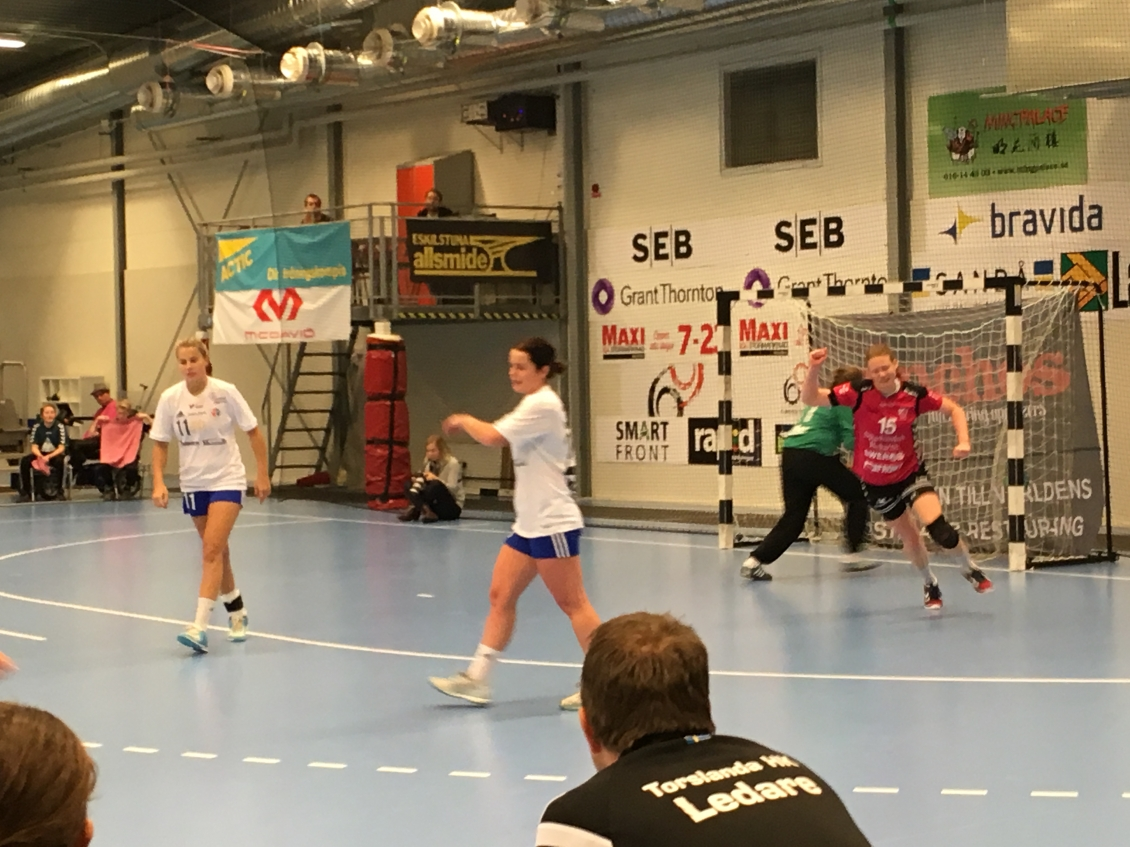 Glad Josefine Johansson efter ett av fem mål
